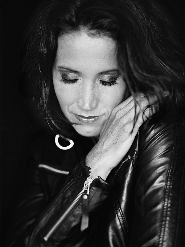 Foto Anja in schwarz weiß
