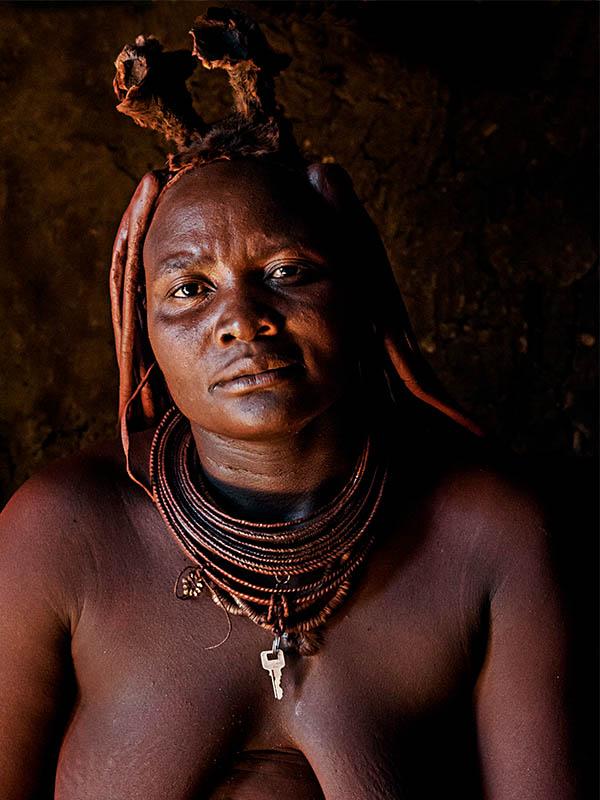 Himba Frau mit Kopfschmuck