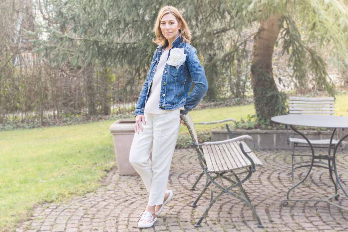 Outfit mit Jeansjacke und Pastellfarben