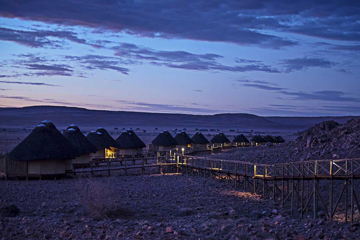Abendstimmung über den Hütten der Sossus Dune Lodge in Namibia