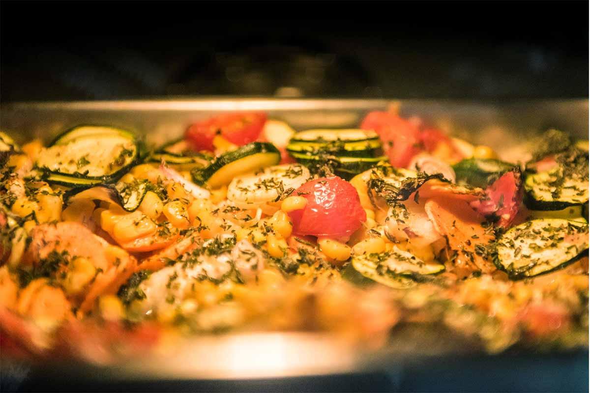 Der Zander gart im Ofen bei 200 Grad Celsius