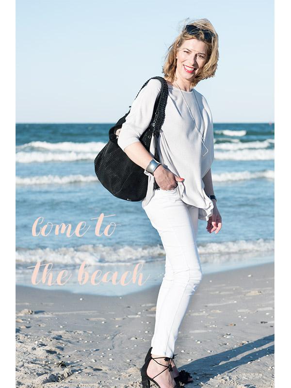 Weiße Jeans am Strand