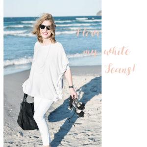 weiße Jeans, schwarze Sandalen und schwarze Tasche von Liebeskind