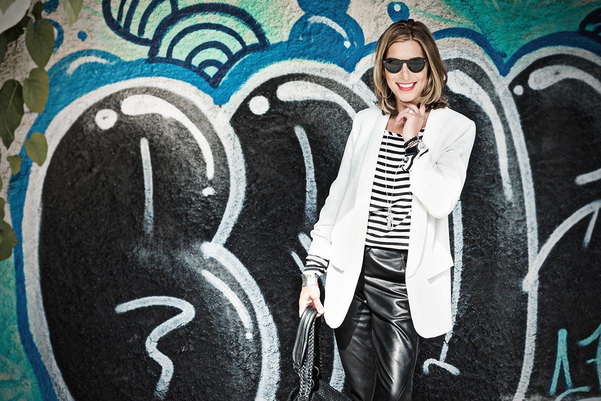 Schwarze Lederhose im Schwarz-Weiß-Look