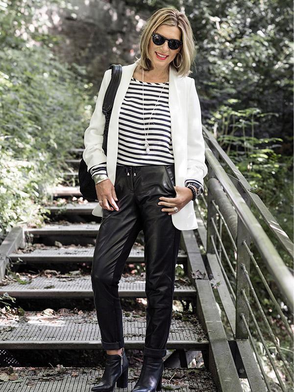 Schwarze Lederhose mit weißem Blazer