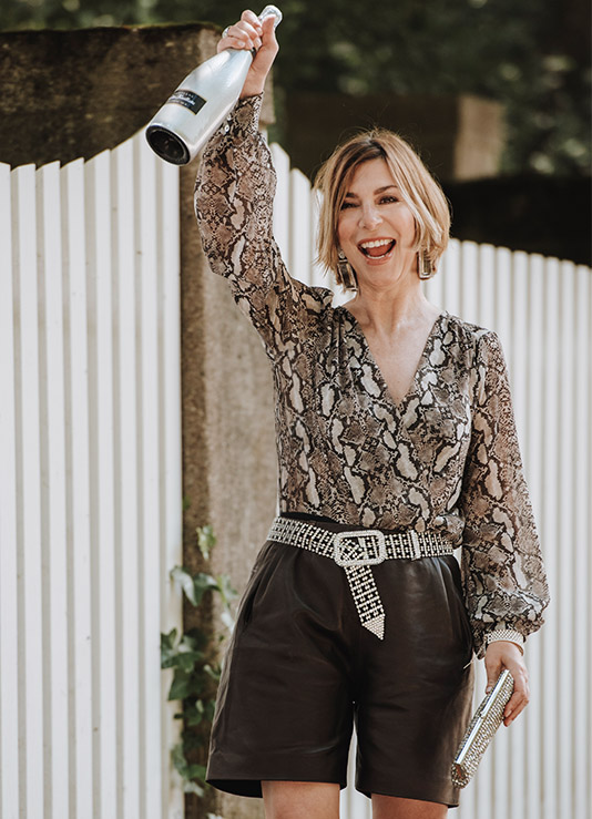 Martina Klein trägt Bermudas aus dunkelbraunem Leder